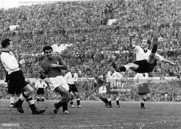 Italien BR Deutschland 21 vor 100000Zuschauern im Olympiastadion von Rom Quer in der Luft liegend klärt WernerLiebrich vor Pivatelli Jsukowiak...