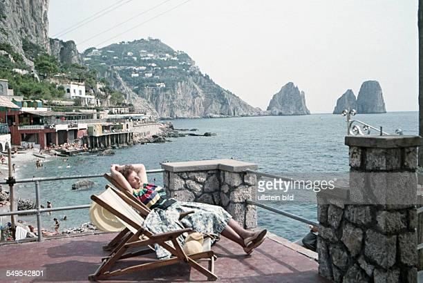 Italien ca 1958 Badebucht Capri Frau im Liegestuhl auf einer terrasse