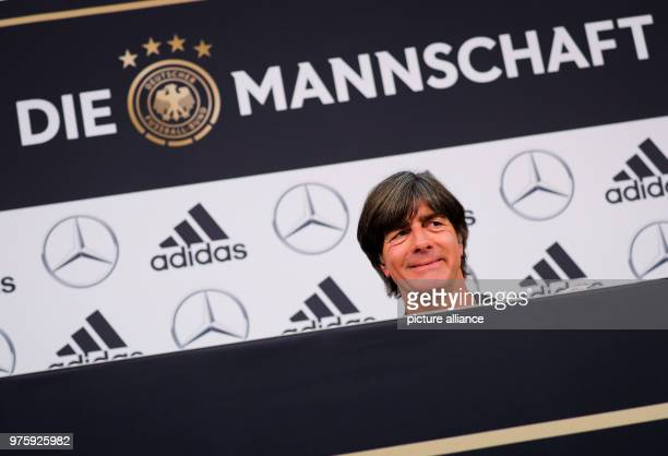 Bundestrainer Joachim Löw lächelt bei einer Pressekonferenz nach dem Mannschaftstraining am Sportzentrum Rungg Die Deutsche Fußballnationalmannschaft...