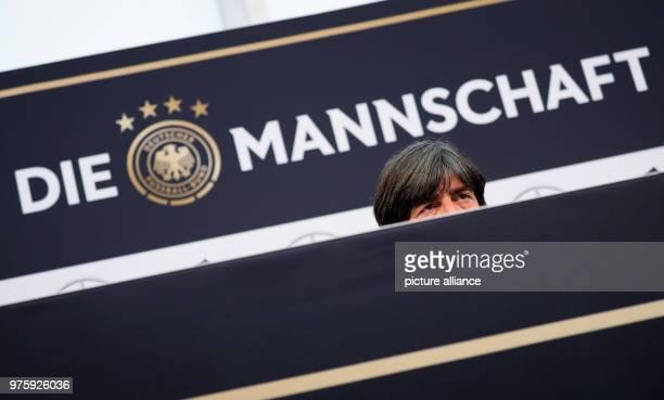 Bundestrainer Joachim Löw spricht bei einer Pressekonferenz nach dem Mannschaftstraining am Sportzentrum Rungg Die Deutsche Fußballnationalmannschaft...