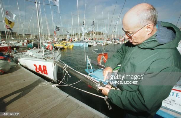 """Italien Ettore Dottori, skipper du monocoque de 6,50 mètres """"Elvox"""", amarre un cordage sur le bout-dehors de son voilier le 24 Septembre 1999 sur le..."""