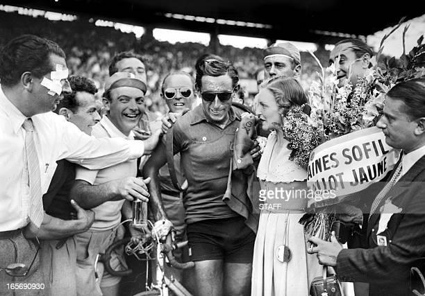 L'Italien Fausto Coppi est félicité à son arrivée le 24 juillet 1949 au Parc des princes à Paris après avoir remporté le Tour de France Italian...