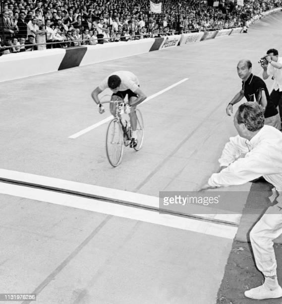 L'Italien Felice Gimondi s'apprête à franchir la ligne d'arrivée de la 22ème et dernière étape du Tour de France un contrelamontre disputé le 14...