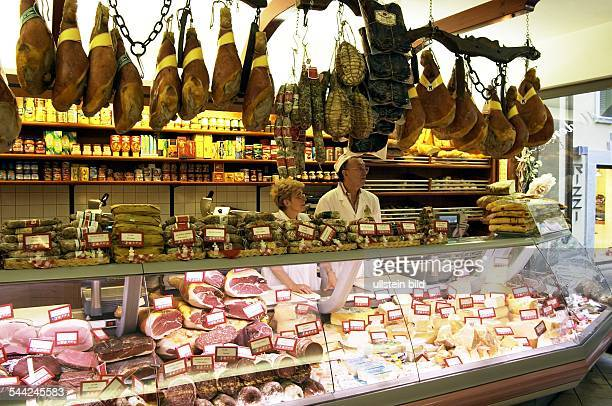 Gardasee Feinkostgeschäft Salumeria 'Modena' in Bardolino Auslagen mit Wurst und Käsespezialitäten