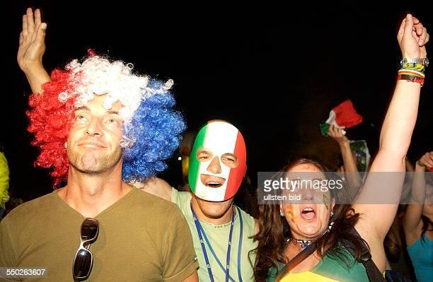 Italien ist Fußballweltmeister resignierter franzöischer Fußballfan und jubelnde Italiener auf dem Fan Fest FIFAWM 2006 in Berlin