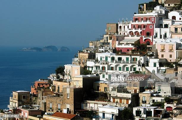 Italien Kampanien Positano Haeuser am Golf von Salerno mit den drei Sirenen