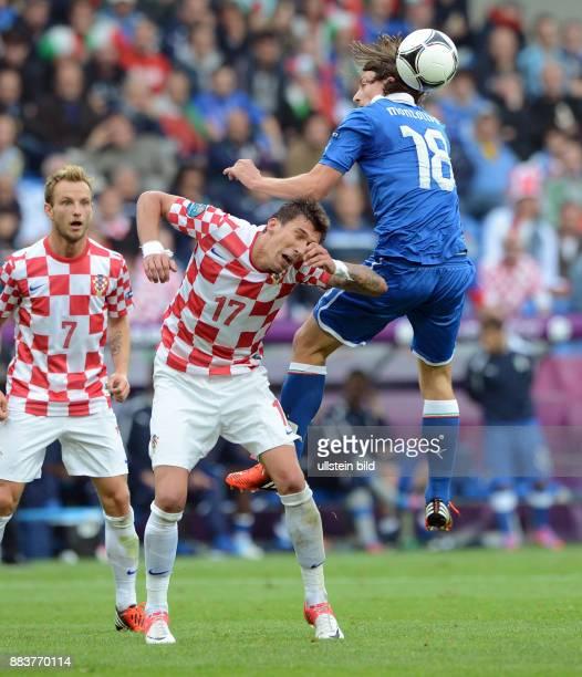 FUSSBALL EUROPAMEISTERSCHAFT Italien Kroatien Mario Mandzukic gegen Riccardo Montolivo beobachtet von Ivan Rakitic
