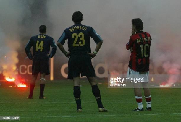 Italien, Mailand, Giuseppe Meazza Stadion, bengalische Feuer auf dem Rasen beim Viertelfinalrueckspiel der Champions League zwischen Inter Mailand...