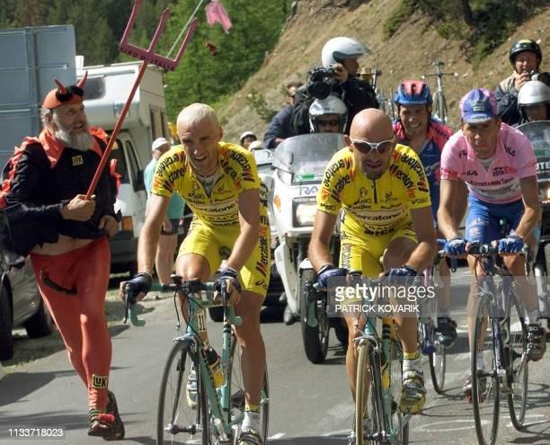 L'Italien Marco Pantani fournit son effort au côté de ses compatriotes Stefano Garzelli et du porteur du maillot rose Francesco Casagrande le 02 juin...