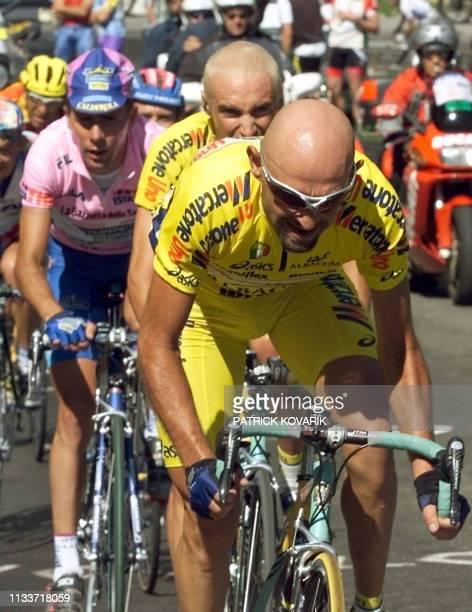 L'Italien Marco Pantani fournit son effort devant ses compatriotes Stefano Garzelli et le porteur du maillot rose Francesco Casagrande le 2 juin 2000...