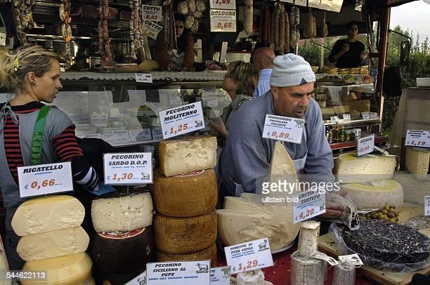 Italien Piemont Cannobio am Lago Maggiore Verkauf von Kaese auf einem Wochenmarkt