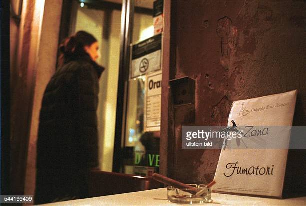 Italien Rom Rauchverbot in allen Gebauden Cafes und Restaurants vietato fumare im Freien vor einem Restaurant ist eine Raucherzone eingerichtet