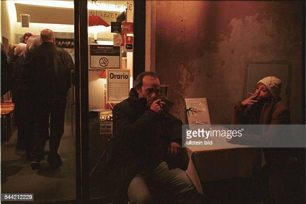 Italien Rom Rauchverbot in allen Gebauden Cafes und Restaurants vietato fumare Raucher rauchen im Freien vor einem Restaurant dort ist eine...