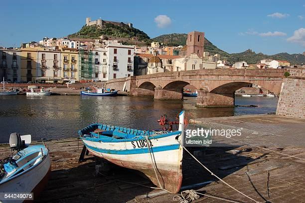 Die Kleinstadt Bosa am Fluss Temo unterhalb der Festung Castello Serravalle