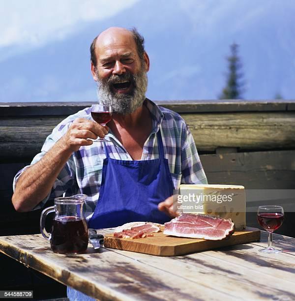 Italien Südtirol Bauer auf Alm mit Suedtiroler Speck