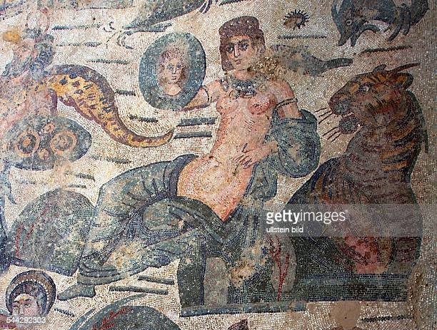 Italien Sizilien Villa Romana de Casale roemische Mosaiken aus dem 4 Jahrhundert junge Frau betrachtet sich im Spiegel