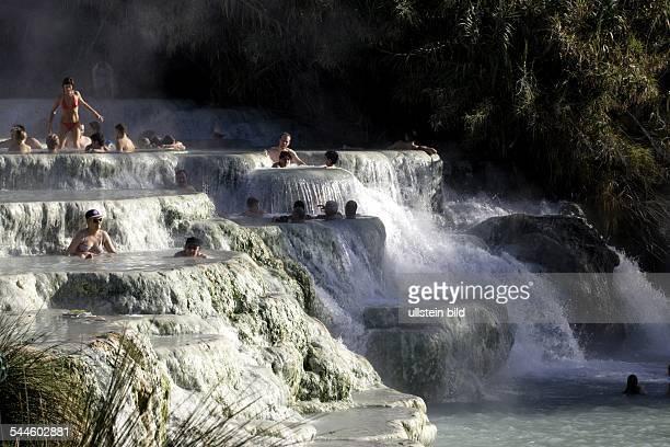 Italien, Toskana, Saturnia - Touristen baden in vulkanischen Thermalquellen