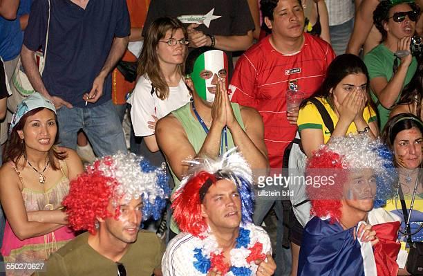 Italienische und französische Fußballfans beten für den Sieg ihrer Mannschaft auf dem Fan Fest FIFAWM 2006 am in Berlin während des Endspiels...