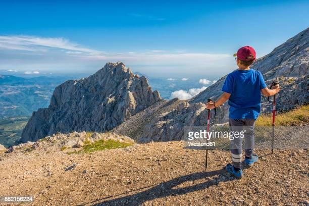 italy, abruzzo, gran sasso e monti della laga national park, boy looking at peak of corno piccolo - gran sasso d'italia foto e immagini stock