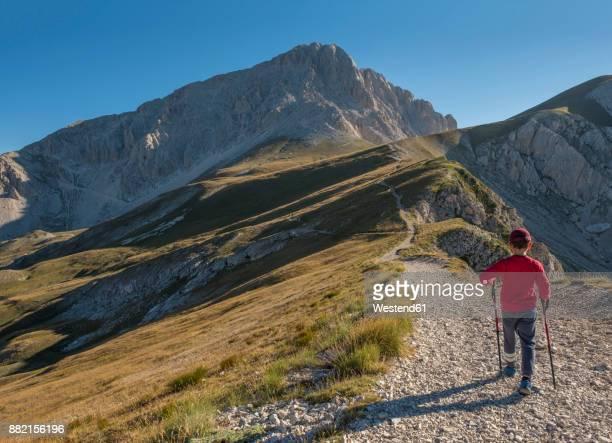 italy, abruzzo, gran sasso e monti della laga national park, boy on hiking trail of corno grande - gran sasso d'italia foto e immagini stock