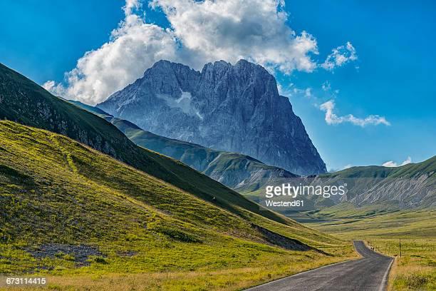 italy, abruzzo, gran sasso e monti della laga national park, corno grande from plateau campo imperatore - カンポ・インペラトーレ ストックフォトと画像