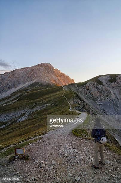 italy, abruzzo, gran sasso e monti della laga national park, hiker on the track to summit of corno grande - gran sasso d'italia foto e immagini stock