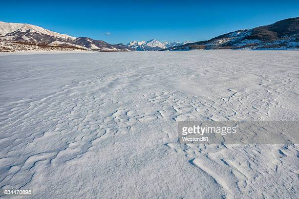 italy, abruzzo, gran sasso e monti della laga national park, lake campotosto completely frozen in winter - abruzzo foto e immagini stock
