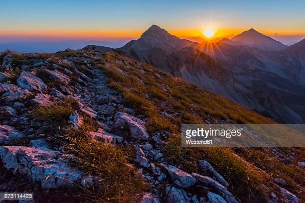 italy, abruzzo, gran sasso e monti della laga national park, pizzo cefalone at sunset - parco nazionale del gran sasso e monti della laga foto e immagini stock