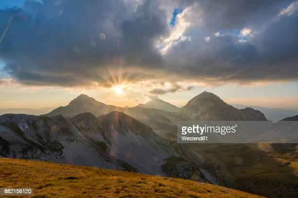 italy, abruzzo, gran sasso e monti della laga national park, portella mountain at sunset - gran sasso d'italia foto e immagini stock