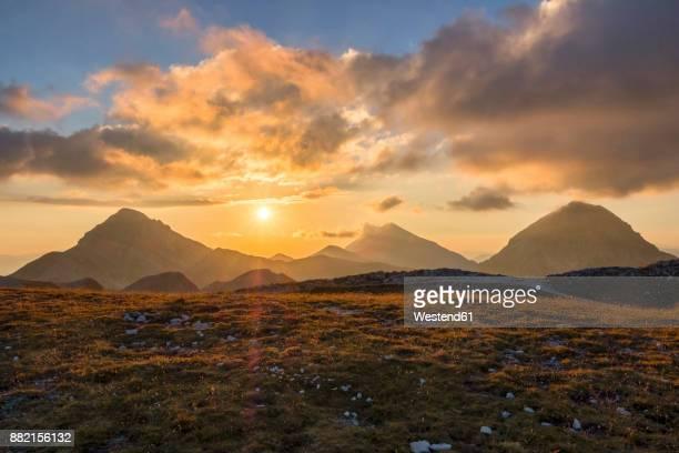 italy, abruzzo, gran sasso e monti della laga national park, portella mountain at sunset - altopiano foto e immagini stock