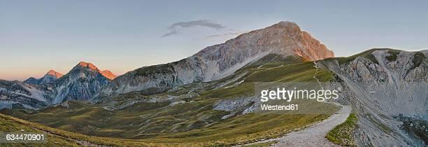 italy, abruzzo, gran sasso e monti della laga national park, sunrise on peak corno grande - gran sasso d'italia foto e immagini stock