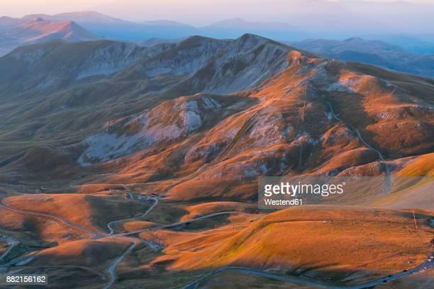 italy, abruzzo, gran sasso e monti della laga national park, sunrise on plateau campo imperatore - アブルッツォ州 ストックフォトと画像