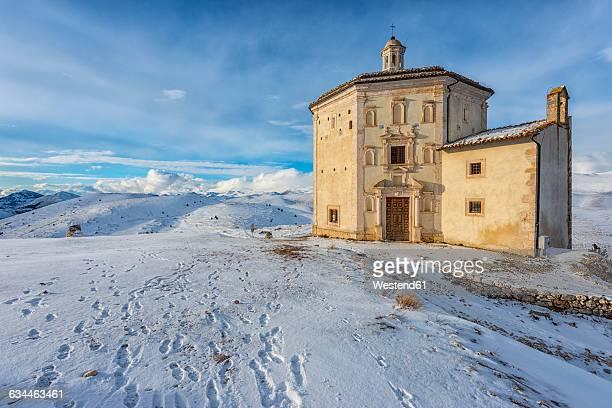 italy, abruzzo, gran sasso e monti della laga national park, the small church of santa maria della pieta in rocca calascio at sunset in winter - gran sasso d'italia foto e immagini stock