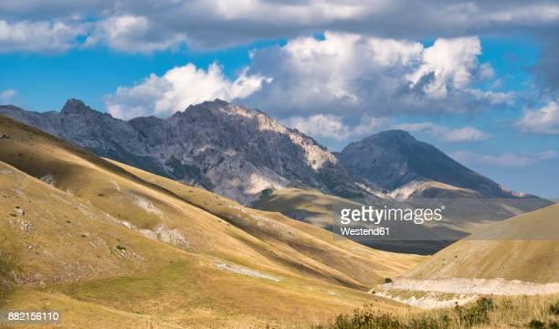 italy, abruzzo, gran sasso e monti della laga national park, view to camicia mountain - グラン・サッソ ストックフォトと画像