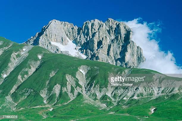 italy, abruzzo region, gran sasso d'italia, campo imperatore, mountain landscape - カンポ・インペラトーレ ストックフォトと画像