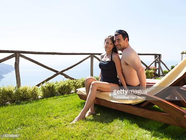 Italie, la côte d'Amalfi, Ravello, de couple d'âge mûr assis ensemble sur