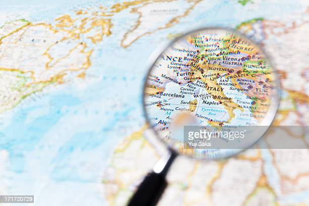 italy and  magnifying glass - westeuropa stock-fotos und bilder