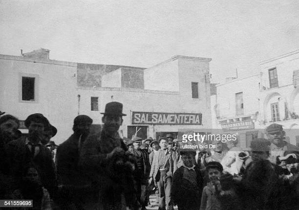 Italy - Apulien Apulia - Brindisi: Local people at the harbour - Photographer: Paul Lindenberg- 1900Vintage property of ullstein bild