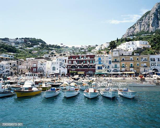 italy, capri, waterfront scene - capri stockfoto's en -beelden
