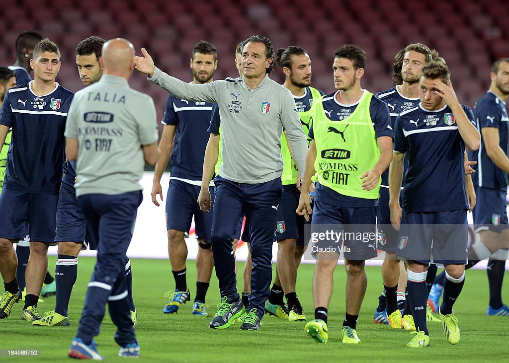 Italy coach Cesare Prandelli (C) directs his players during a training session on October 14, 2013 in Naples, Italy.