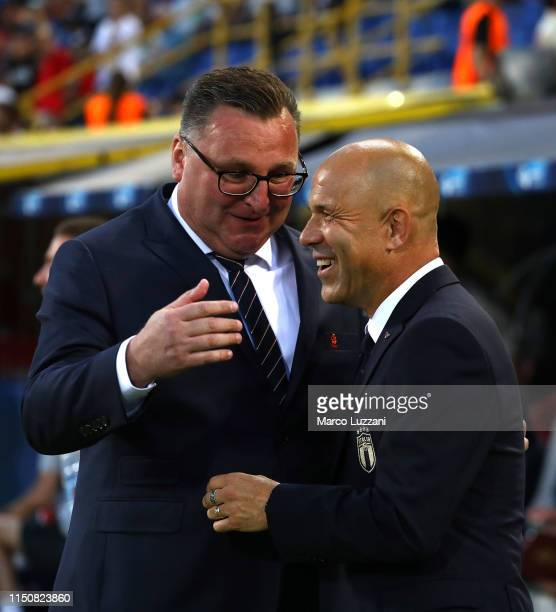 Italy coach Luigi Di Biagio embraces Poland coach Czeslaw Michniewicz before the 2019 UEFA U-21 Group A match between Italy and Poland at Renato...