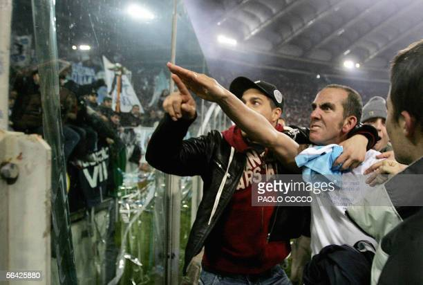 CORRECTION CAPTION Picture dated 06 January 2005 of Lazio's forward Paolo Di Canio gesturing towards Lazio fans at the end of Lazio vs AS Roma Serie...