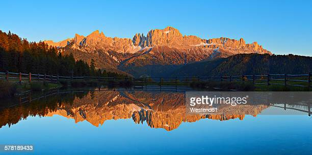 italy, dolomites, south tyrol, valle di tiers, rosengarten mountains reflecting in small lake - catinaccio rosengarten foto e immagini stock