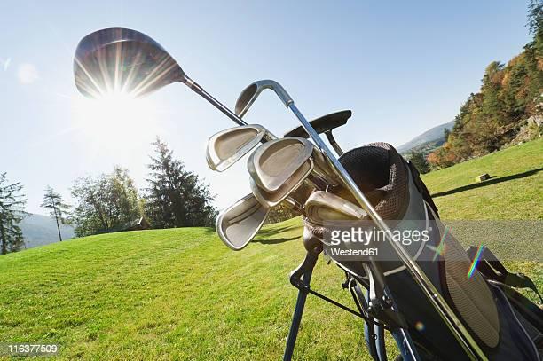 italy, kastelruth, golf clubs in golf bag on golf course - golfclub stockfoto's en -beelden