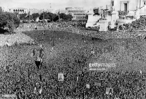 Italy Lazio Roma Entry into the war Italy during speech of Head of State Benito Mussolini at Piazza Venezia Photographer PresseIllustrationen...
