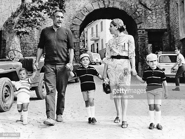 Italy Lazio Roma Quinn Anthony * Actor painter and writer USA with his wife Yolanda and his children walking in Rome 1968 Vintage property of...