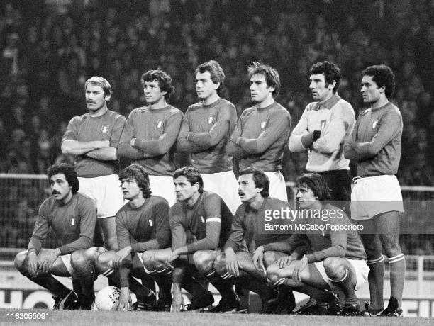 Italy line up for a group photo before the FIFA World Cup Qualification match between England and Italy at Wembley Stadium on November 16 1977 in...