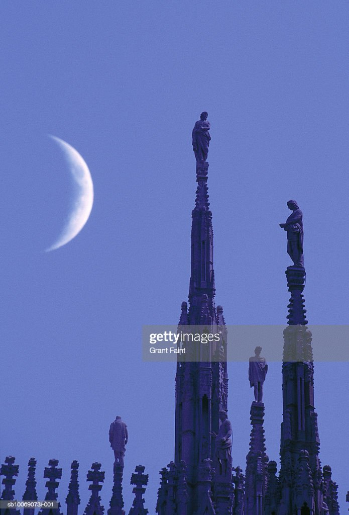 Italy, Lombardy, Milan, crescent moon over Milan Cathedral roof : Stockfoto