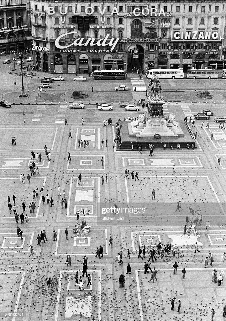 Italy, Lombardy, Milan, Milan Cathedral, Duomo di Santa Maria Nascente, Dom de Milan, Gothic, people on the Cathedral Square, tourists, pigeons - 02.10.1974 : News Photo