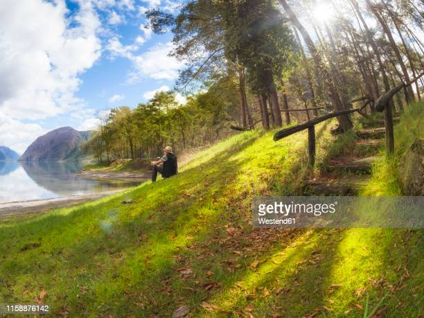 italy, lombardy, senior man having a break at lake idro - grand angle photos et images de collection